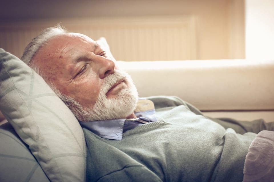 oudere man ligt heerlijk te slapen