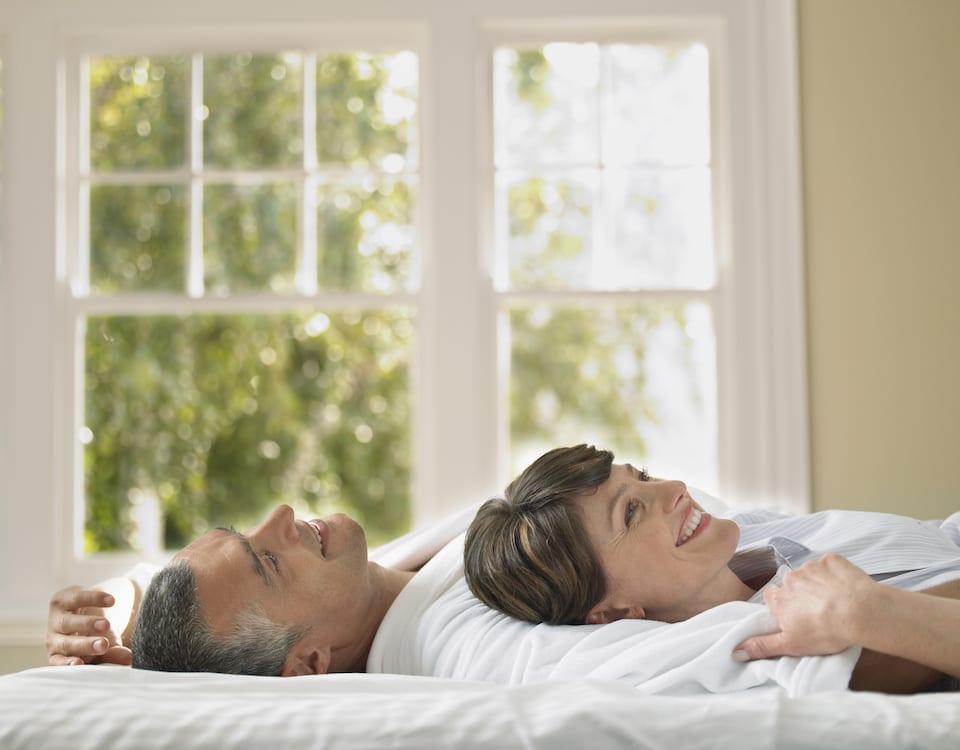 echtpaar ligt op bed