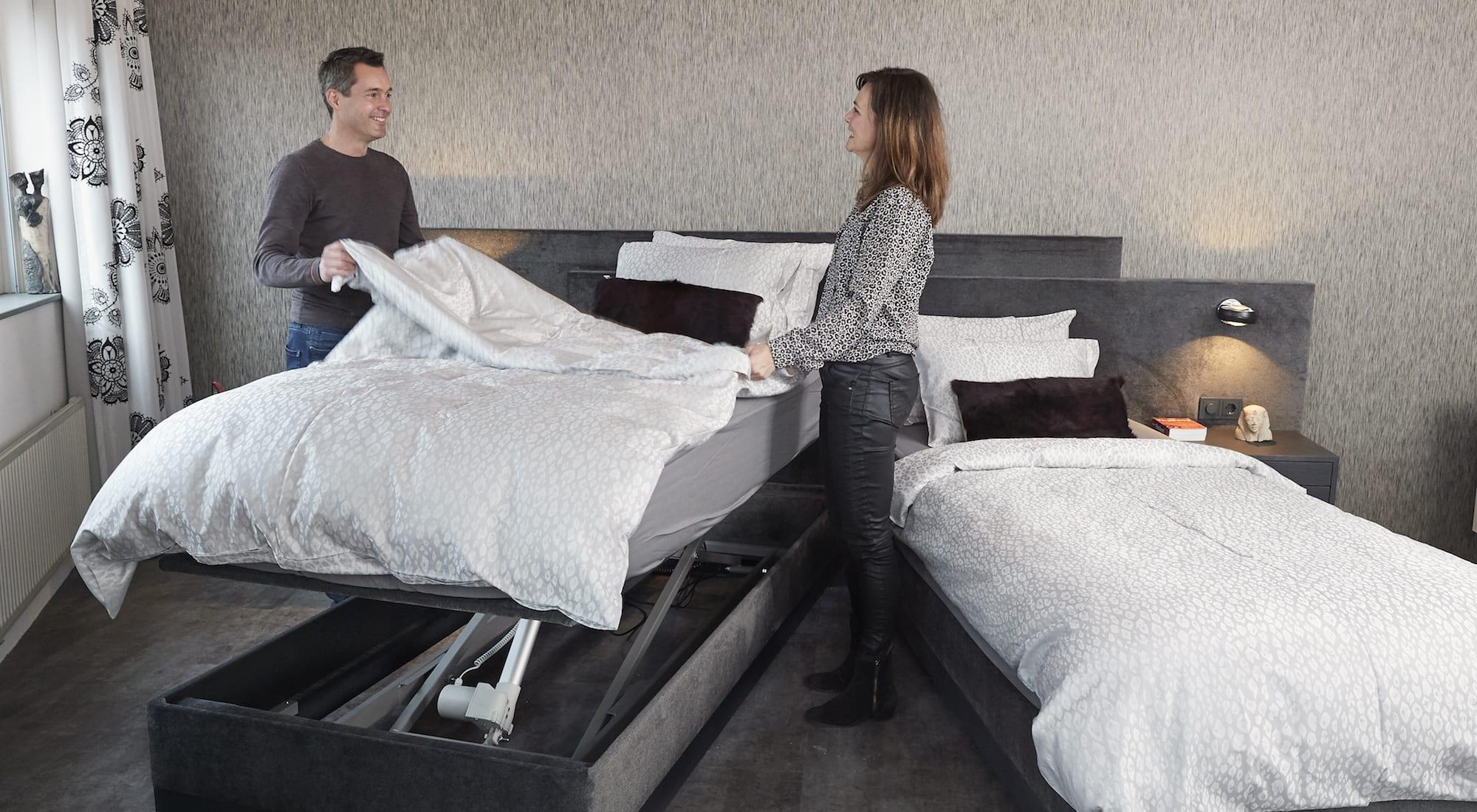 man en vrouw maken samen bed op