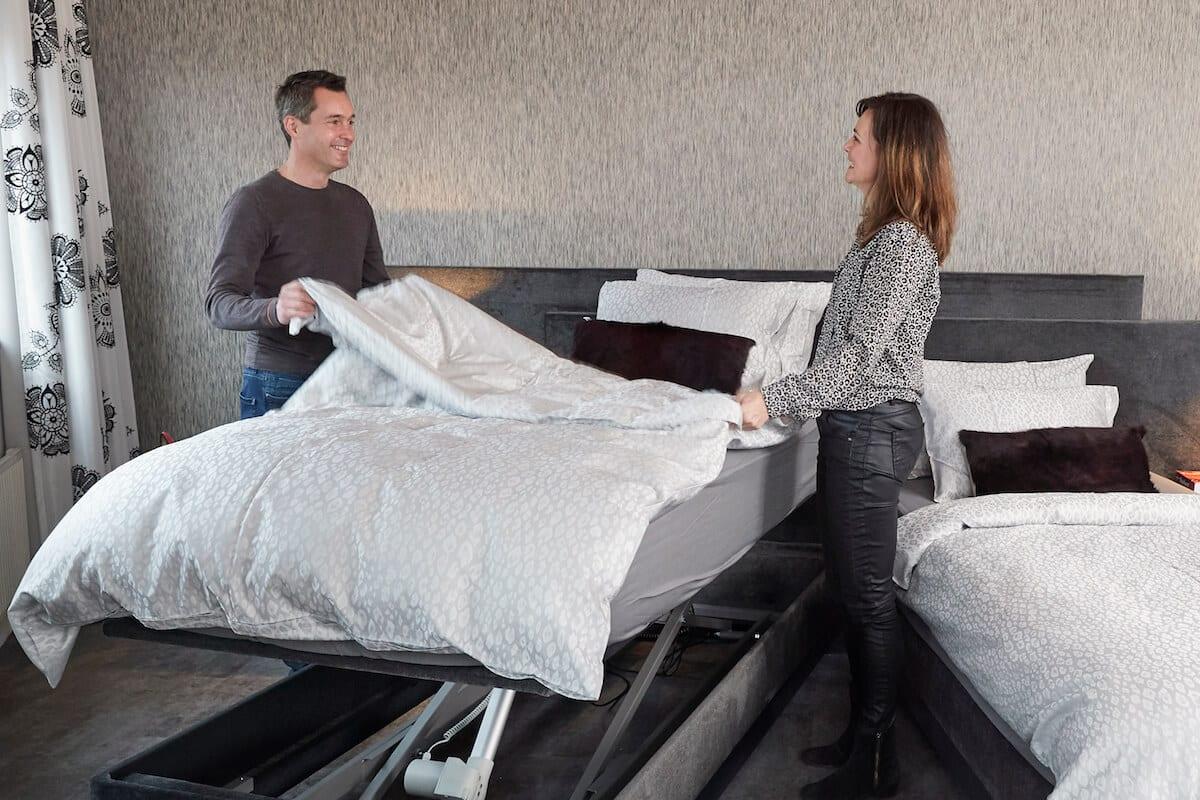 man en vrouw maken samen een bed op zonder te bukken