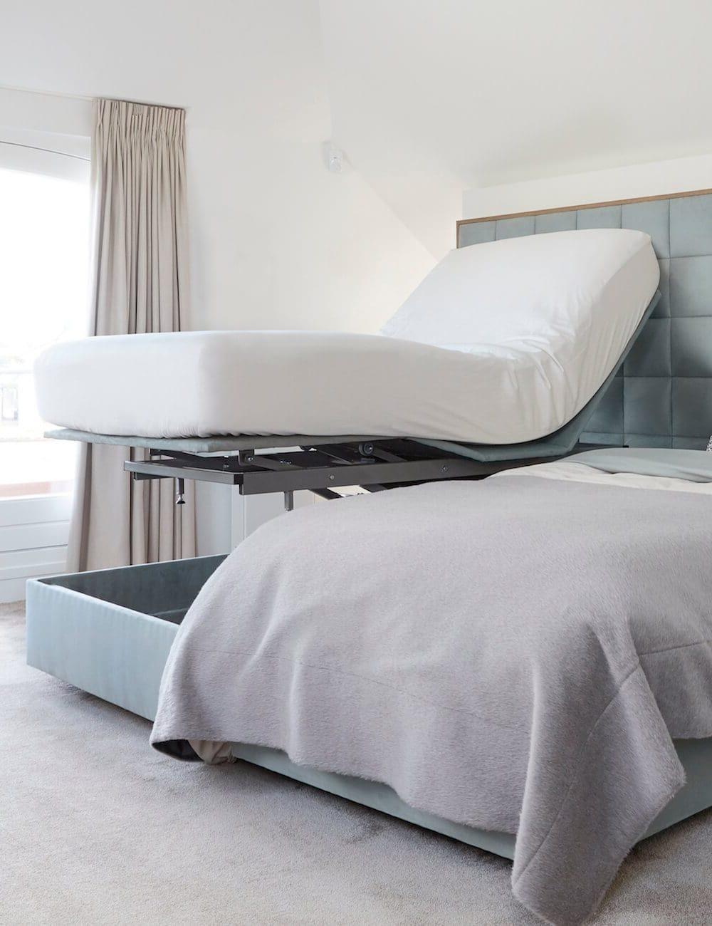 bed in hoge stand met groot hoofdpaneel