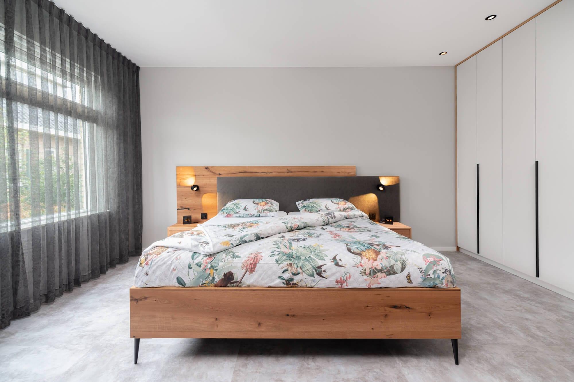 houten bed met kleurrijk dekbedovertrek