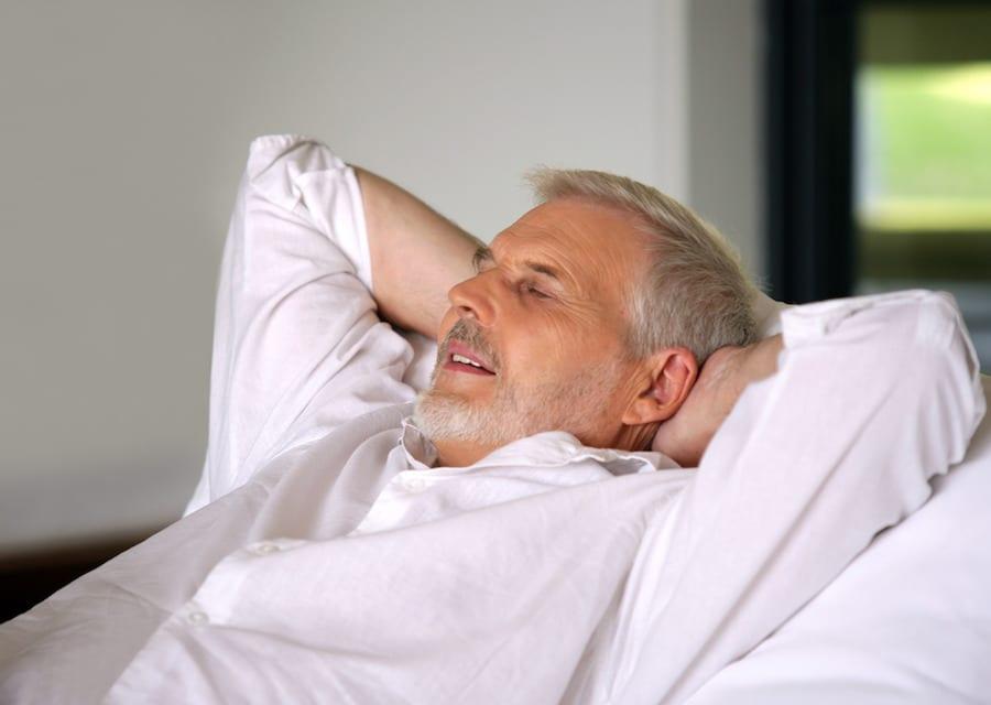 man geniet van FPS liggend in bed