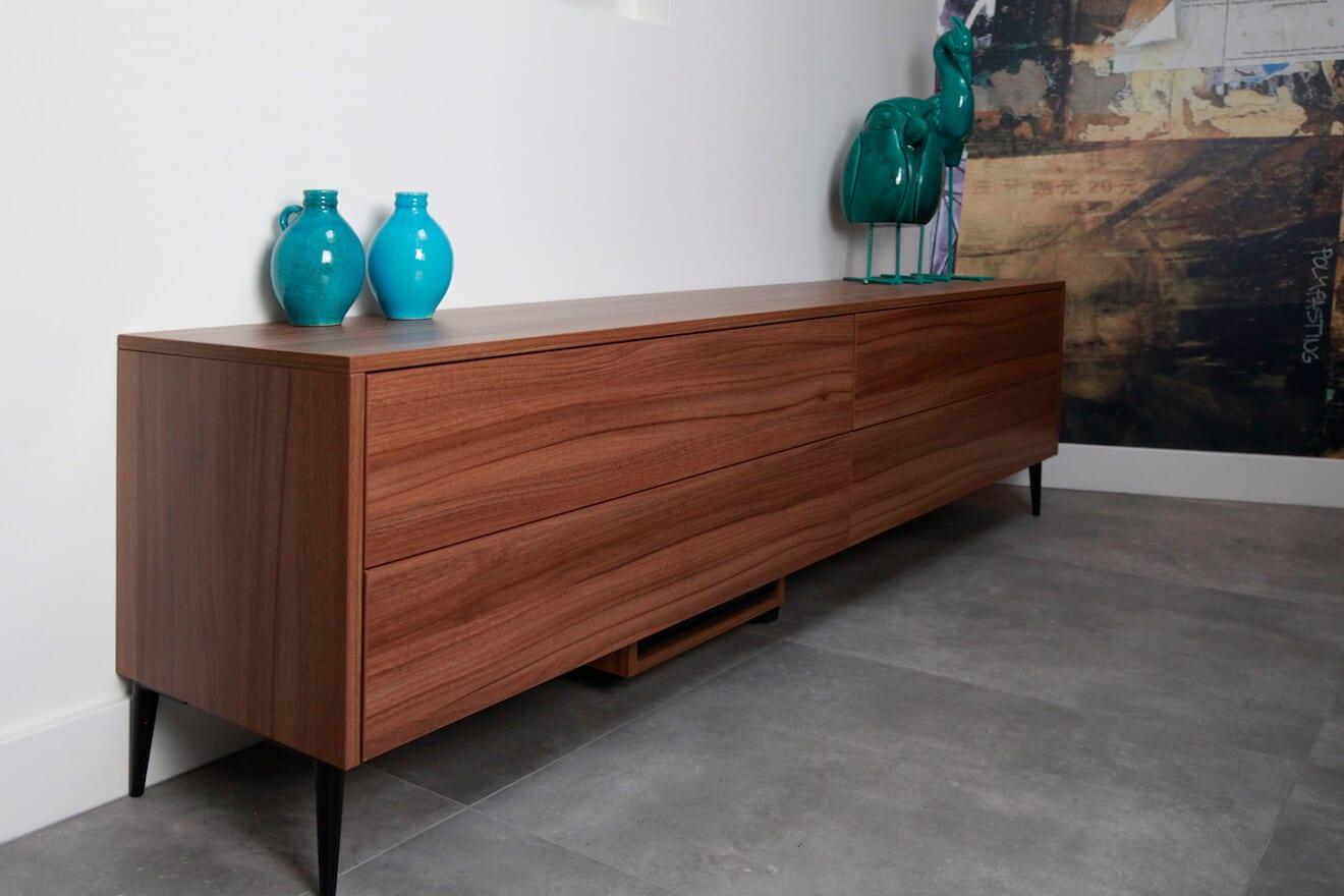 strak noten houten dressoir in tegenover bed