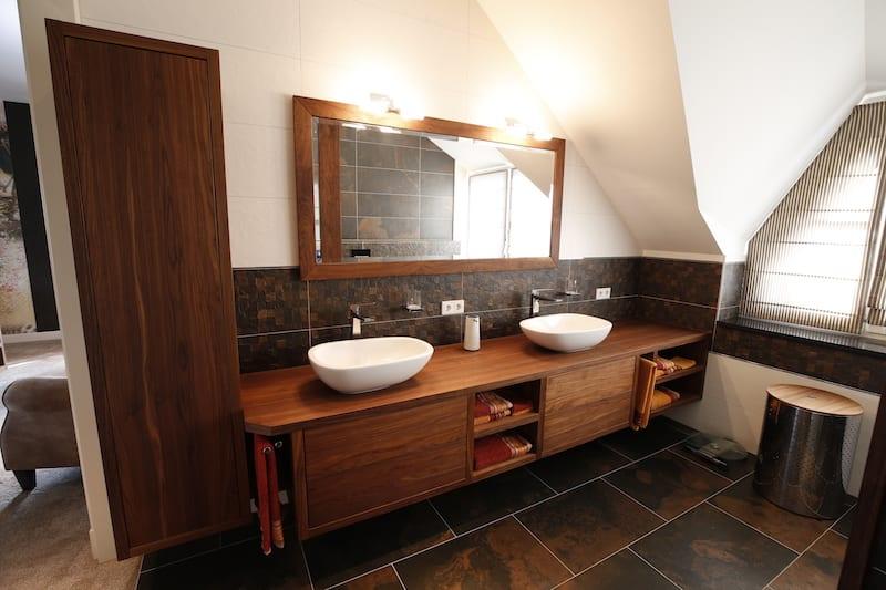 badkamermeubel in notenhout