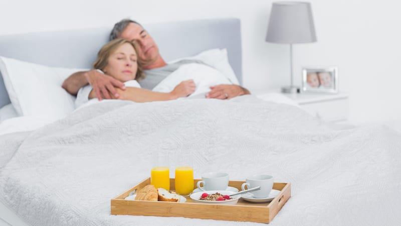 ouder echtpaar ligt samen op bed