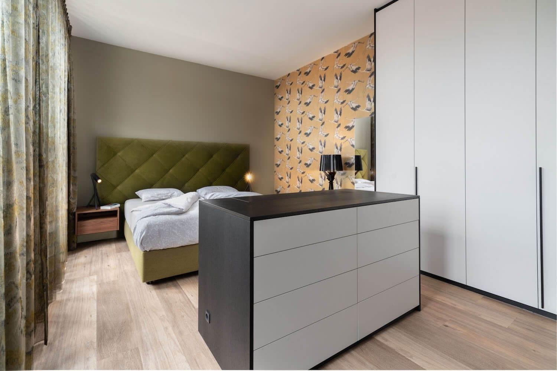 hoog laag boxspring finotore in complete slaapkamer