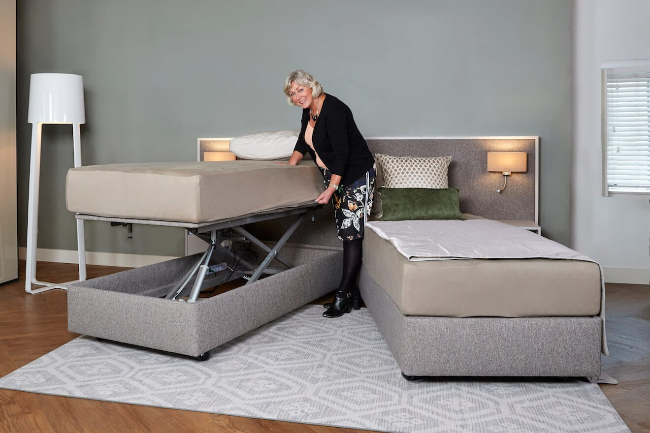 vrouw maakt deelbaar hoog laag bed op