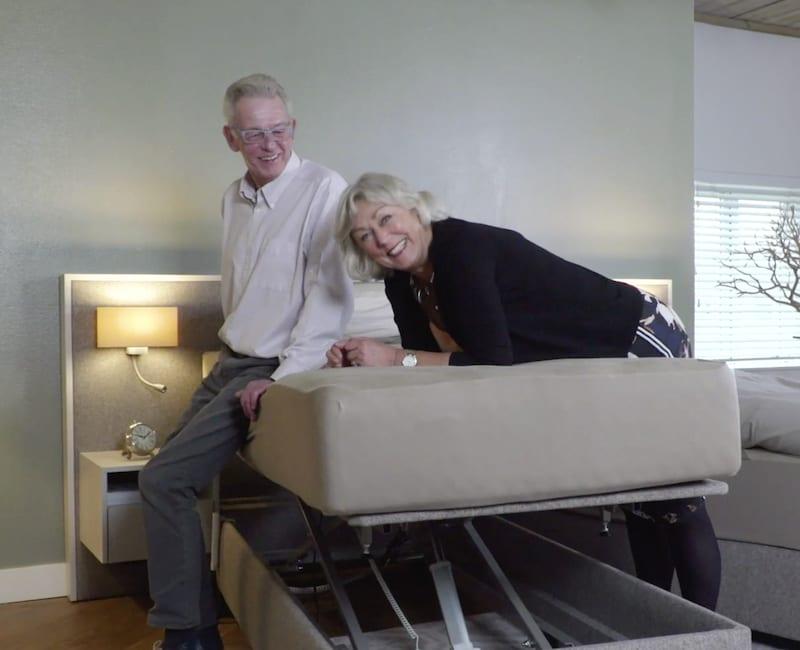 senioren zittend op hoog laag bed
