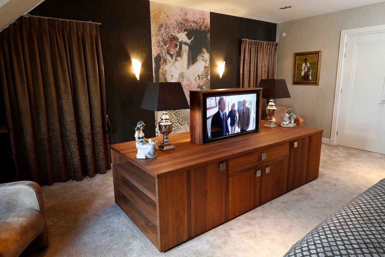 tv-meubel op maat tegenover bed
