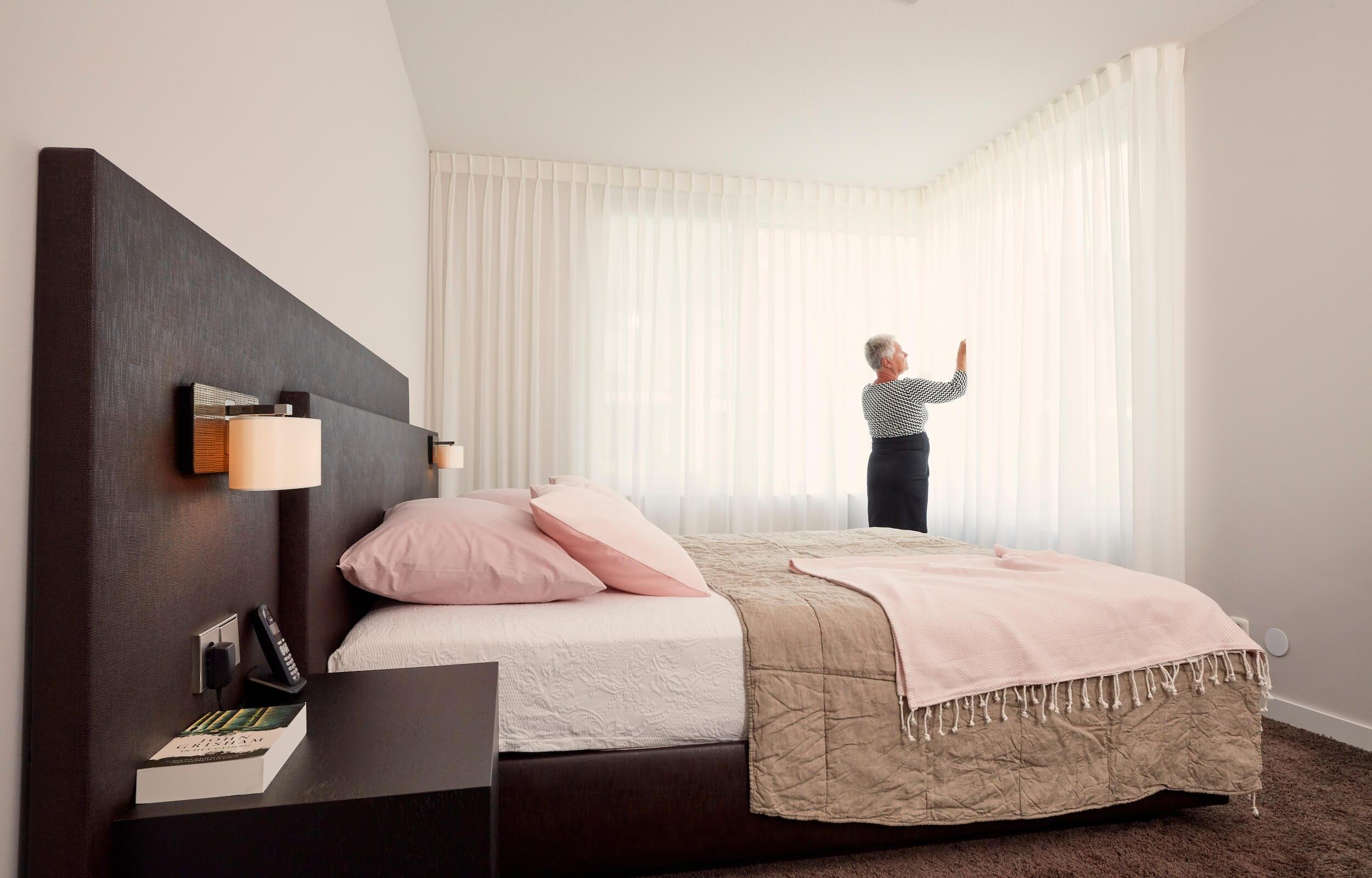 luxe slaapkamer met seniorenbed