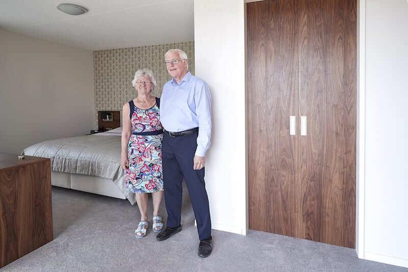 ouder echtpaar in slaapkamer