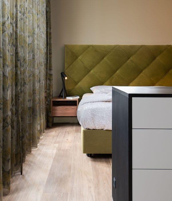 slaapkamer met hoog laag bed voor senioren