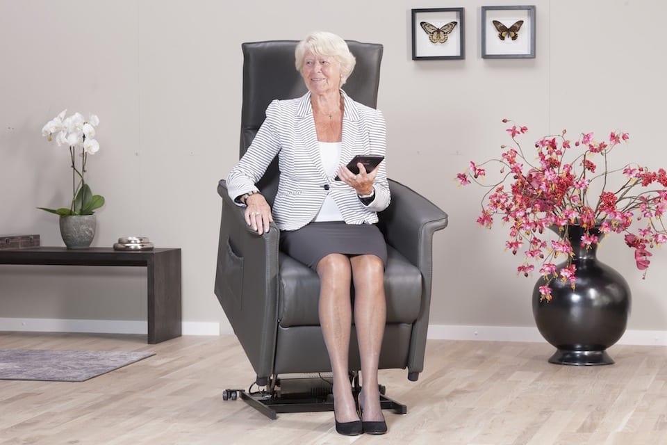 oudere vrouw zit in sta op stoel